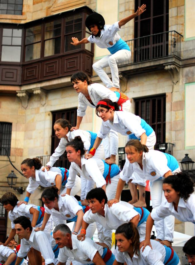 Aby pomieścić się w Barcelonie z tłumami turystów, Katalończycy ćwiczą ustawianie się w piramidki