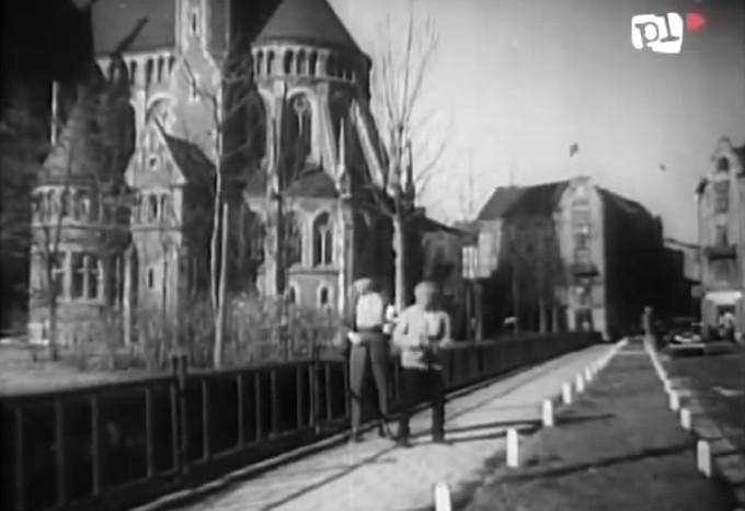Henryk Vogelfanger i Kazimierz Wajda, dewa stałe elementy krajobrazu przedwojennego Lwowa, mijają kościół św. Elżbiety