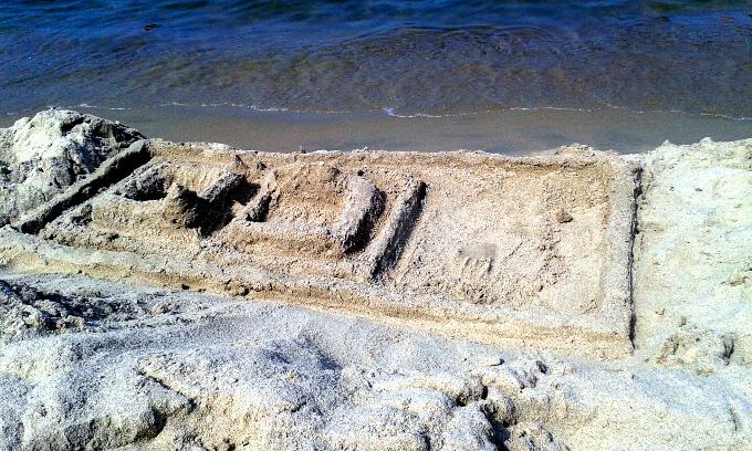 Niektórzy blogerzy podejmują rozpaczliwe próby utrwalenia w piasku zwiedzonego po drodze zamku w Malborku