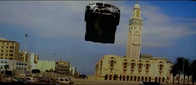 Jakże smutno musi wyglądać ten meczet bez latającego BMW na horyzoncie.