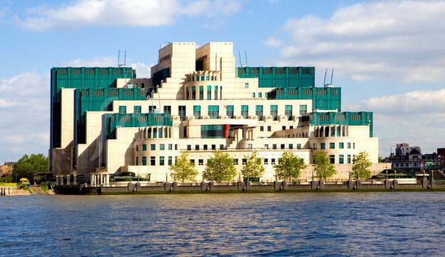 Spójrzmy dla odmiany, jak wygląda siedziba MI6 bez dziury w ścianie