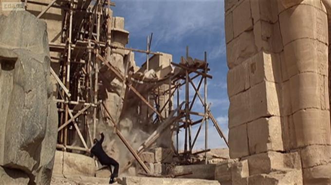"""Roger Moore jako 997 """"zwiedza"""" Karnak"""